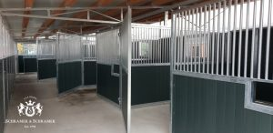 Stall 4 Boxen, Vorderwände zweiflügelig zum öffnen, grüne Kunststofffüllung, Pulheim, Deutschland